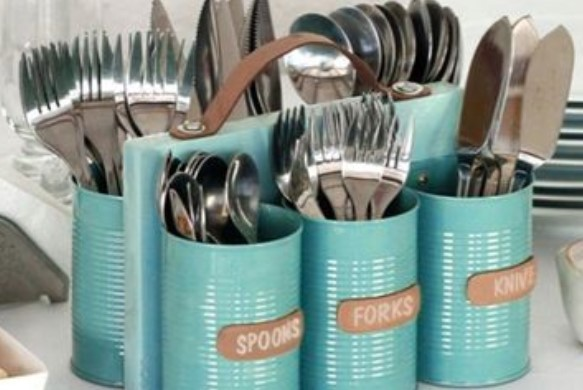 Kaleng bekas menjadi tempat sendok