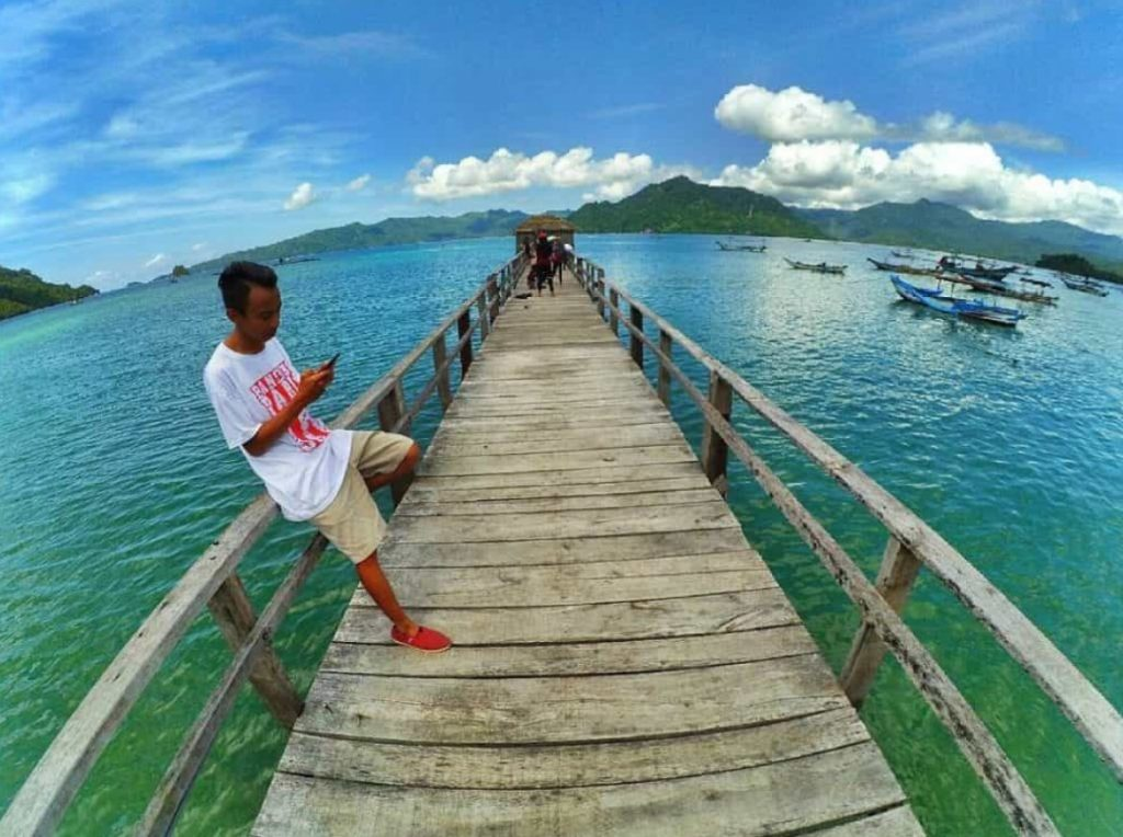jembatan di Pantai Pasir Putih Trenggalek